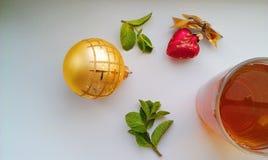 Giocattoli di Natale e una tazza di tè Immagine Stock
