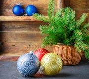 Giocattoli di natale Palle variopinte e merce nel carrello del ramo dell'albero di Natale Lo stile d'annata Fotografia Stock