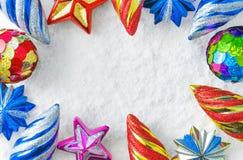 Giocattoli di Natale su neve Fotografia Stock
