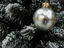 Giocattoli di natale sull'albero di Natale Immagini Stock Libere da Diritti