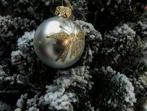 Giocattoli di natale sull'albero di Natale Immagini Stock