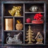 Giocattoli di Natale in un vassoio di legno d'annata Immagini Stock Libere da Diritti