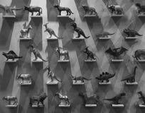 Giocattoli di plastica del dinosauro sugli espositori Fotografie Stock Libere da Diritti