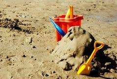 Giocattoli di plastica sulla spiaggia. Immagine Stock