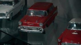 Giocattoli di vecchie e retro automobili dello XX secolo video d archivio