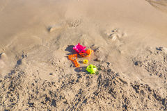 Giocattoli dimenticati su una spiaggia sabbiosa Immagini Stock Libere da Diritti