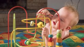 Giocattoli e giochi per i bisogni speciali Sviluppo del bambino Inizio iniziale Giocattoli di sviluppo per i bambini Attività del fotografia stock