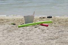 Giocattoli e sandali della spiaggia Immagini Stock