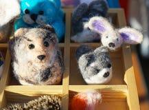 Giocattoli fatti di lana felted in un negozio della via fotografie stock