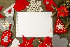 Giocattoli fatti a mano del feltro di Natale e un taccuino Fotografie Stock Libere da Diritti