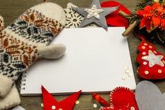 Giocattoli fatti a mano del feltro di Natale e un taccuino Fotografia Stock Libera da Diritti