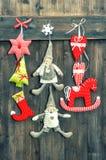Giocattoli fatti a mano della decorazione di Natale su fondo di legno Fotografie Stock