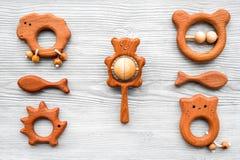 Giocattoli fatti a mano di legno svegli per neonato sulla vista superiore del fondo di legno grigio Fotografia Stock