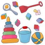 Giocattoli per il bambino Bambino della piramide, della pala, del secchio, dei cubi, del capezzolo e della palla Fotografia Stock