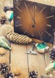 Giocattoli per l'albero di Natale e pigne su vecchio fondo di legno Fotografia Stock
