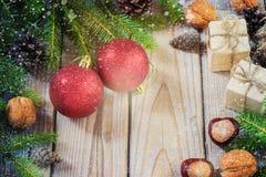 Giocattoli per l'albero di Natale e pigne sul nuovo anno di legno anziano del fondo Fotografia Stock