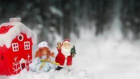 Giocattoli Santa Claus e neve nubile nella foresta all'aperto vicino all'albero di Natale 1920 HD stock footage