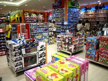 Giocattoli su esposizione in un deposito di giocattolo nel centro commerciale della città di MP nella città di Taytay, Filippine Immagini Stock