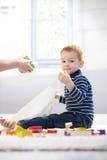 Giocattoli svegli dell'imballaggio del bambino al sacchetto di plastica Fotografia Stock