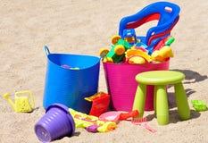Giocattoli variopinti dei bambini nella sabbiera Fotografia Stock