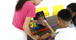 Giocattolo asiatico di alfabeto del gioco dell'insegnante con gli studenti archivi video