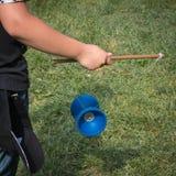 Giocattolo cinese di plastica del diabolo, yo-yo con la corda e bastoni immagini stock
