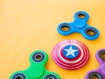 Giocattolo colourful popolare del filatore di irrequietezza su un fondo colorato Immagini Stock Libere da Diritti