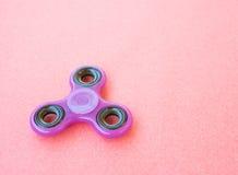 Giocattolo colourful popolare del filatore di irrequietezza su un fondo colorato Fotografia Stock