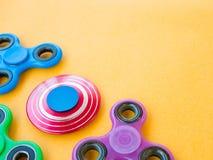 Giocattolo colourful popolare del filatore di irrequietezza su un fondo colorato Fotografie Stock