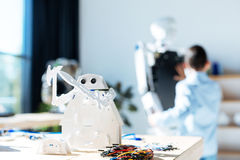 Giocattolo cosmico bianco del robot del guerriero che sta sulla tavola Immagine Stock