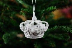 Giocattolo d'argento dell'albero di Natale sotto forma di corona Immagini Stock