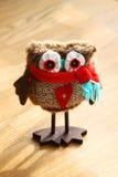Giocattolo decorativo sveglio del gufo con la sciarpa di inverno fotografia stock