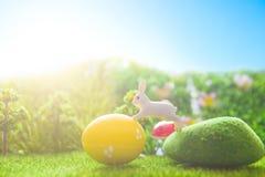 Giocattolo dei conigli di Pasqua sull'erba verde della molla Ambiti di provenienza astratti di fantasia con il libro magico Immagine Stock Libera da Diritti
