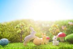 Giocattolo dei conigli di Pasqua sull'erba verde della molla Ambiti di provenienza astratti di fantasia con il libro magico Fotografia Stock Libera da Diritti