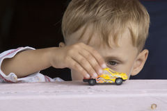 giocattolo dei giochi dell'automobile del ragazzo piccolo Fotografie Stock