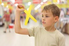 Giocattolo del boomerang della holding del ragazzo Fotografia Stock Libera da Diritti