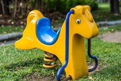 Giocattolo del cavallino in parco Immagini Stock