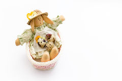Giocattolo del coniglietto di pasqua in un canestro rosa con le uova di quaglia su fondo bianco Immagini Stock