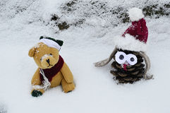 Giocattolo del cono e un orsacchiotto sveglio nella neve fotografia stock