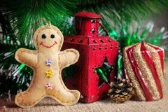 Giocattolo del pan di zenzero vicino all'albero di Natale Fotografia Stock
