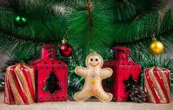 Giocattolo del pan di zenzero vicino all'albero di Natale Immagini Stock Libere da Diritti