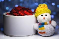 Giocattolo del pupazzo di neve di Natale con il contenitore o il presente di regalo Fotografia Stock