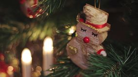 Giocattolo del pupazzo di neve di Natale sull'albero di Natale in giocattolo anteriore e rosso che oscilla dentro indietro video d archivio