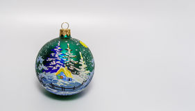 Giocattolo del ` s del nuovo anno, decorato nella tecnica di decoupage, palla su neve Fotografie Stock Libere da Diritti