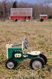 Giocattolo del trattore in pascolo Immagini Stock