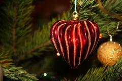 Giocattolo dell'albero di Natale con cuore rosso Fotografie Stock Libere da Diritti