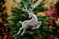 Giocattolo della decorazione dell'albero di Natale sotto forma di cervi d'argento Fotografia Stock