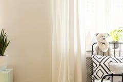 Giocattolo della peluche sul letto con il cuscino modellato fotografia stock