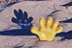 Giocattolo della spiaggia con un'ombra divertente Fotografie Stock
