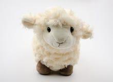 Giocattolo delle pecore su un fondo bianco Fotografie Stock